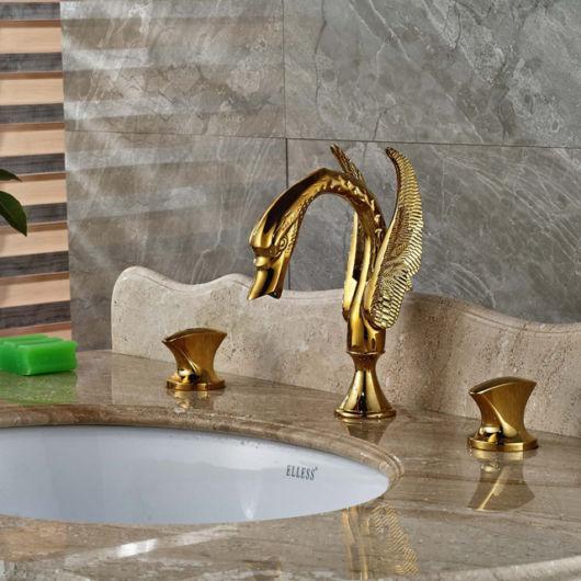 Modelo de torneira com a cor dourada