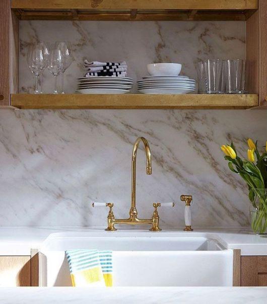 Torneira de cozinha na cor dourada