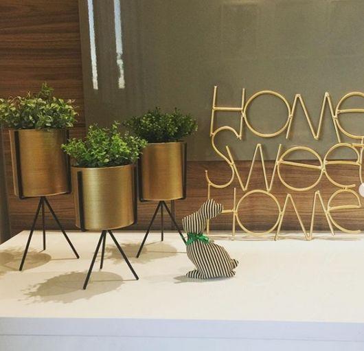 decoração com vaso dourado
