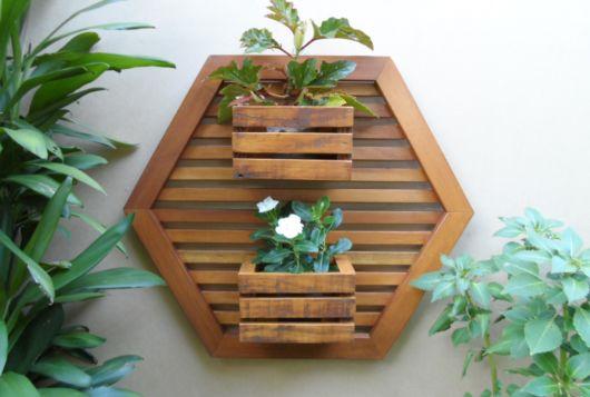 cachepot de madeira na parede.