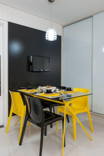 sala de jantar com parede preta