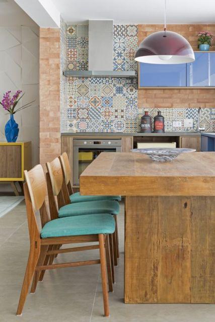 cozinha com mesa rústica