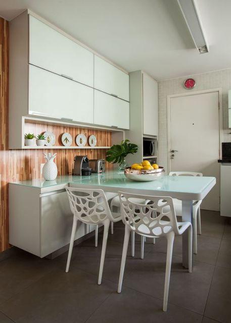 cozinha com cadeiras brancas