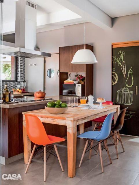 cozinha com cadeiras coloridas