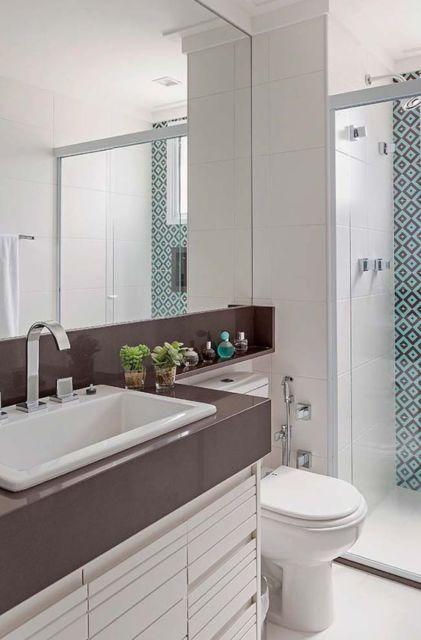 banheiro com bancada marrom