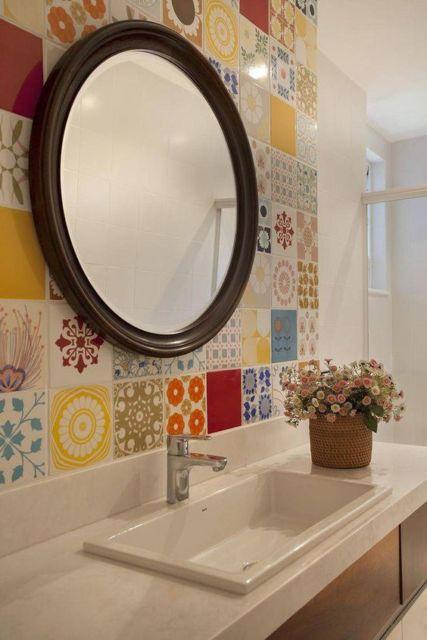 banheiro com azulejos coloridos