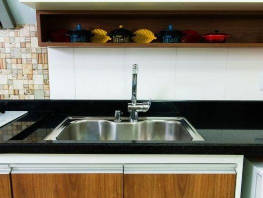 cozinha com bancada de granito preto