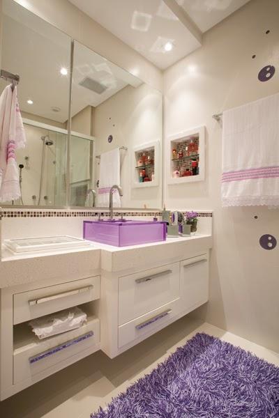 banheiro com cuba roxa
