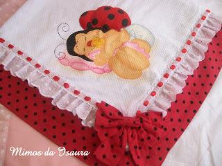 Fraldas bordadas: com fita vermelha