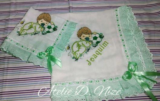 Fraldas bordadas: com fita verde