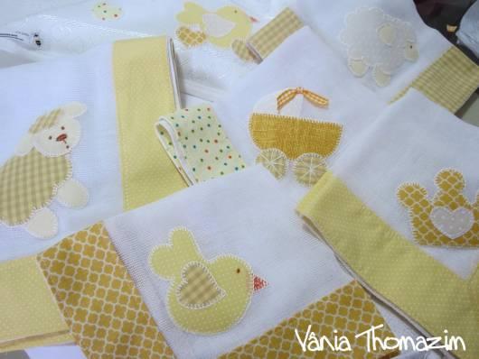 Fraldas bordadas com patchwork: passarinho