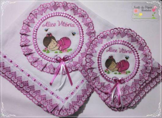 Fraldas bordadas: com fita rosa