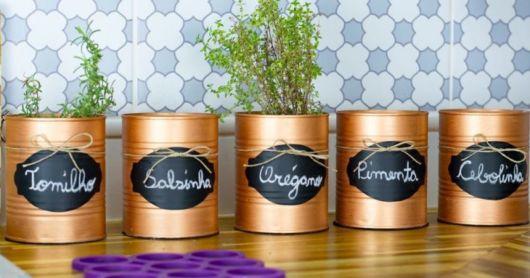 Latas decoradas para cozinha: com etiqueta lousa