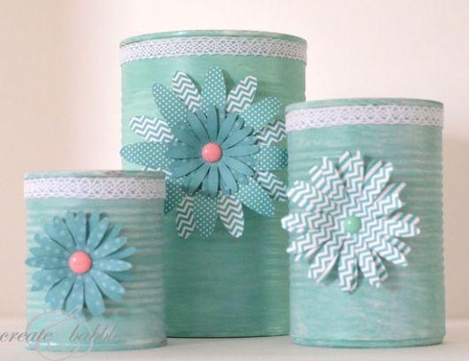 Latas decoradas para aniversário: azul com flor