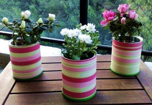 Latas decoradas com tecido colorido