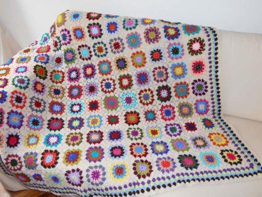 Manta de crochê colorida.