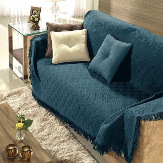 manta azul envelhecido usada em sofá bege.