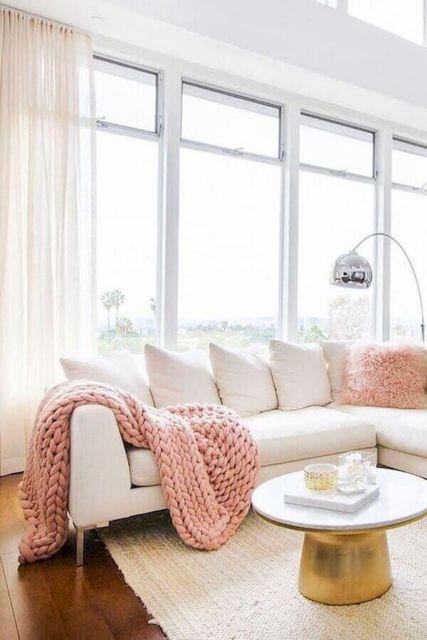 Sala clean com sofá branco.