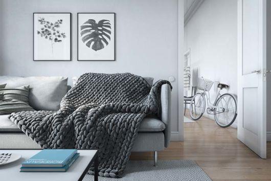 Sofá cinza com manta para sofá cinza chumbo.