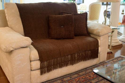 Manta para sofá na cor marrom.