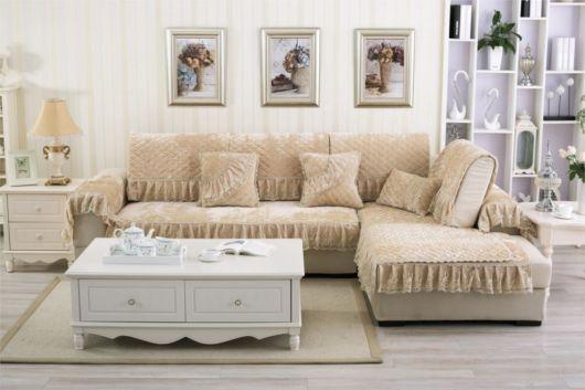 Manta de sofá na cor bege claro.