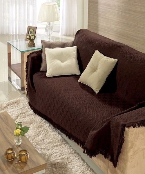 Manta para sofá marrom escuro.