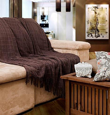 Manta de sofá marrom com franjas.