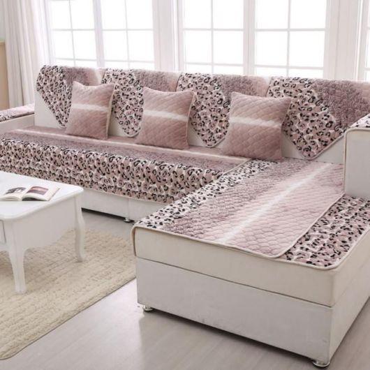 Manta para sofá na cor rosa com estampas.
