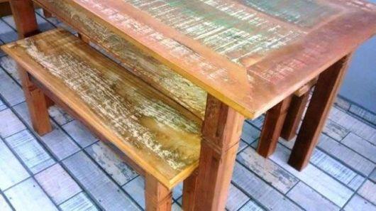 Pátina colorida: mesa com bancos