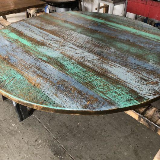 Pátina em madeira: mesa redonda colorida