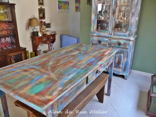 Pátina colorida: mesa de madeira