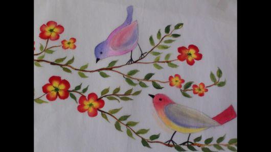 Pintura em tecido: flores vermelhas com passarinho