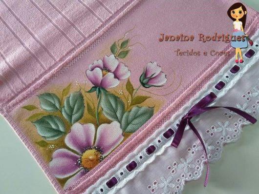 Pintura em tecido: toalha com flores e fita