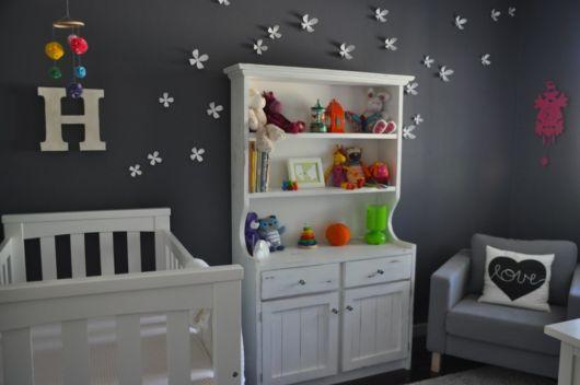 quarto de bebê com decoração cinza