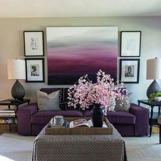 sala com sofá roxo