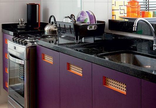 cozinha com armário roxo