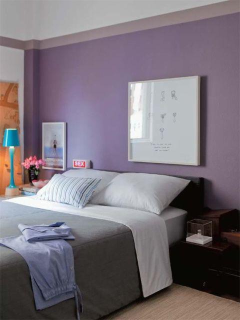 quarto com parede roxa
