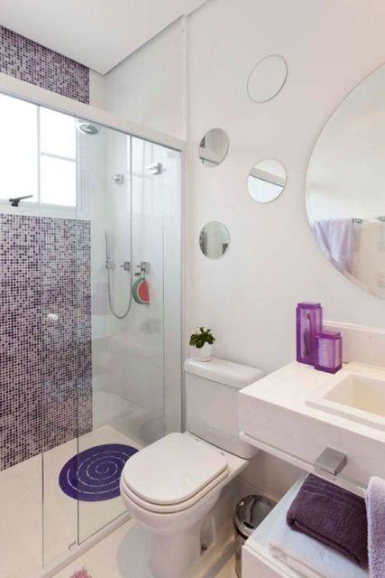 banheiro com pastilhas roxas