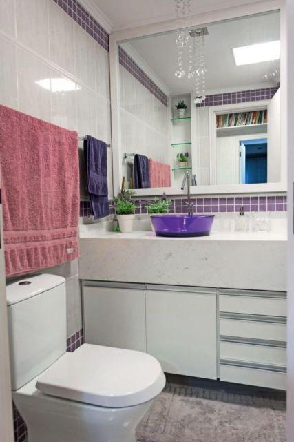 banheiro com cuba colorida