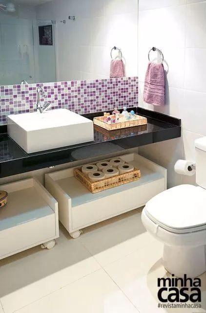banheiro simples com pastilhas