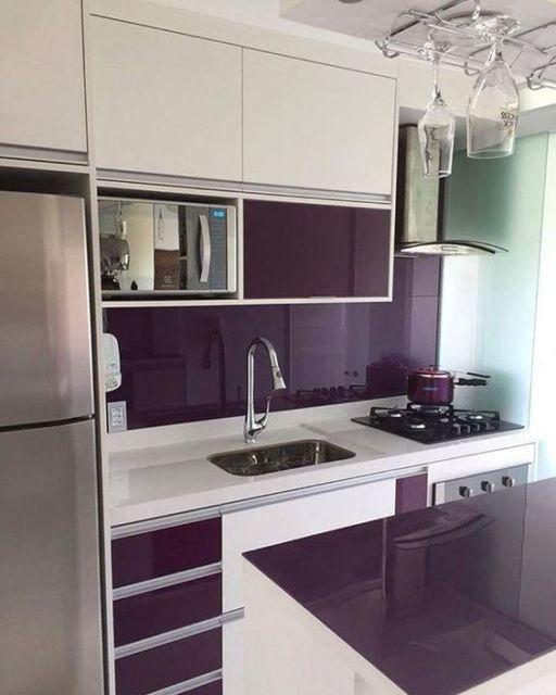 cozinha moderna roxa e branca