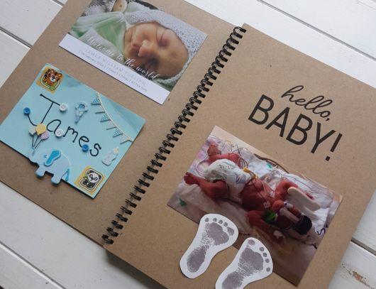 Scrapbook para bebê com carrinho na capa