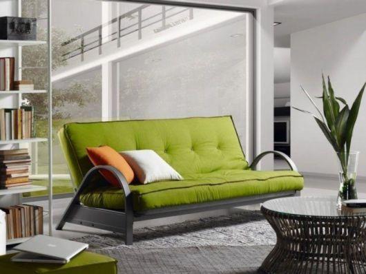 O sofá-cama de casal é uma alternativa acessível para quem recebe muitas visitas em casa, pois comporta de duas a três pessoas dependendo do padrão.