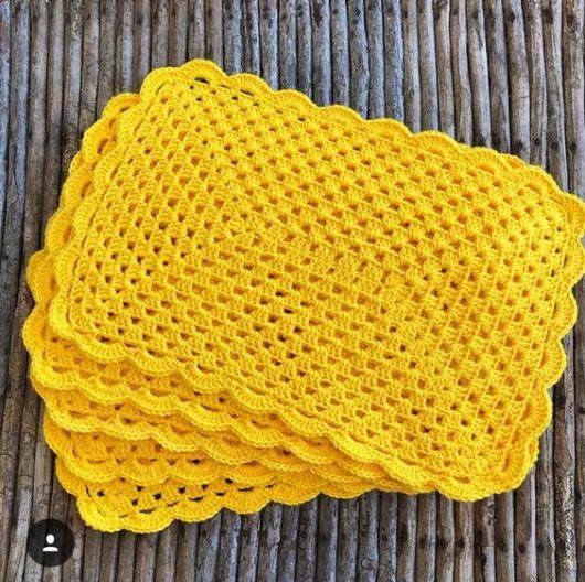 Sousplat de crochê quadrado amarelo