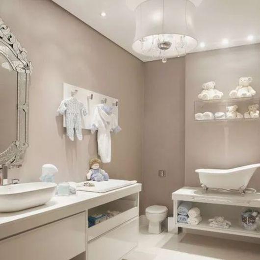 Banheiro com trocador de bebê