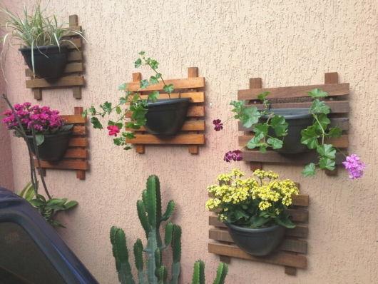 muro decorado com vasos