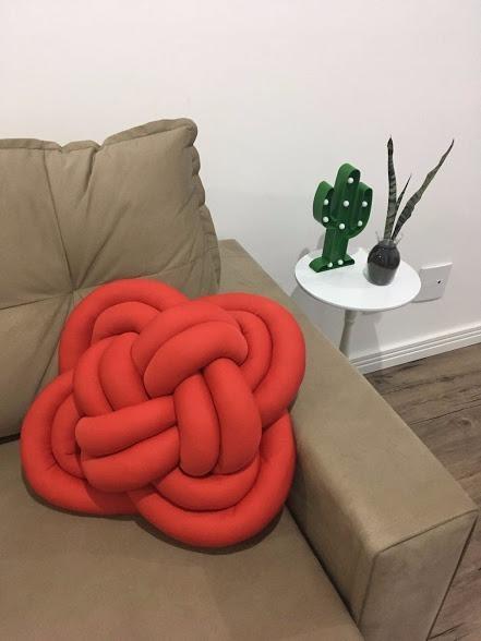 sofá marrom com almofada