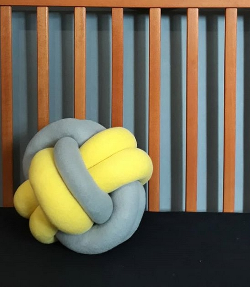 almofada cinza e amarela