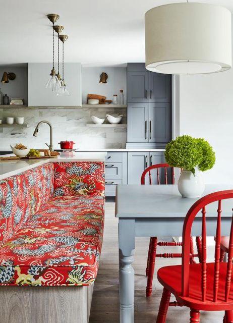 cozinha com cadeira vermelha