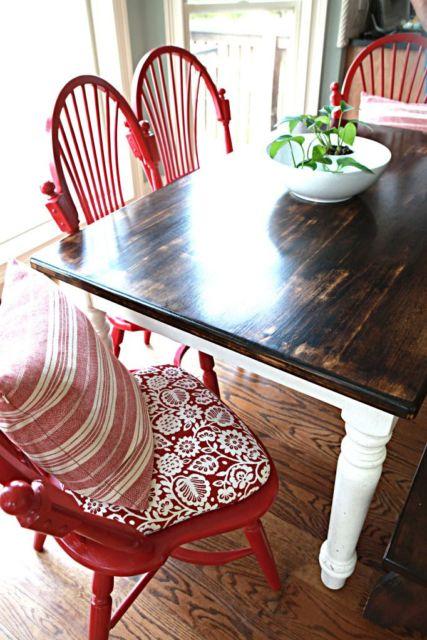 Sala com cadeira vermelha